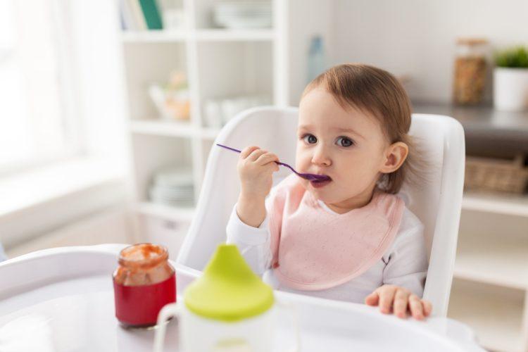nauka samodzielnego jedzenia dziecka
