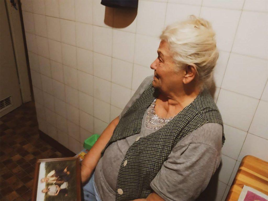 wzruszona babcia