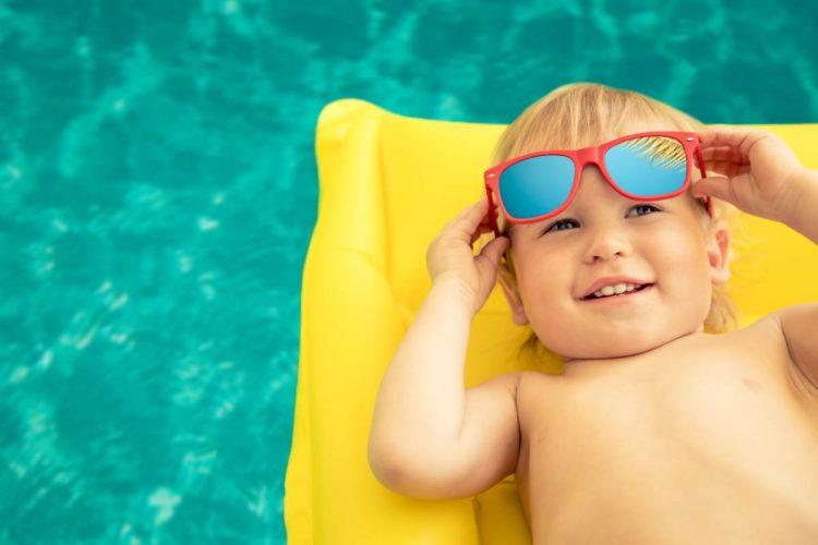 chłopczyk z okularami przeciwsłonecznymi
