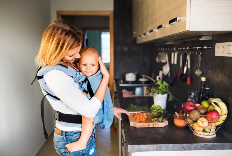 mama gotuje z dzieckiem w nosidle